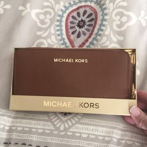 Michael Kors w zip wallet